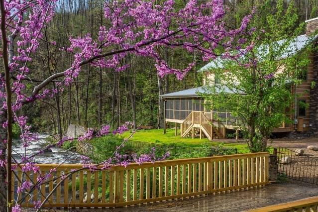 Incroyable beauté autour de cette toute nouvelle cabine qui repose sur le puissant ruisseau Roaring Fork!