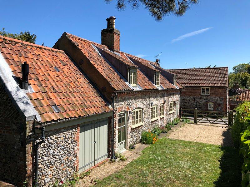 Chapel Cottage North Norfolk - 3 bedrooms, spacious garden, parking & free wifi, vacation rental in Warham