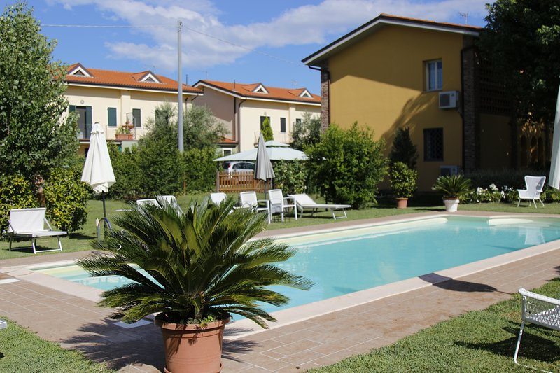 Lucca, nel cuore della Toscana: simpatico app.to'Celeste', holiday rental in Lunata