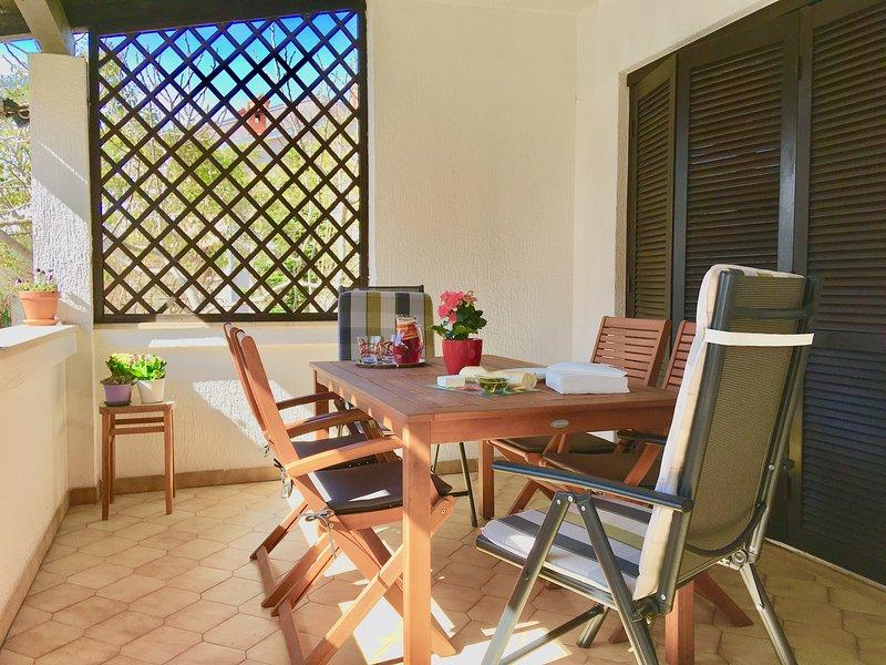 Terraço principal, uma grande área coberta com capacidade para 6, uma mesa pode ser adicionada para assento extra.