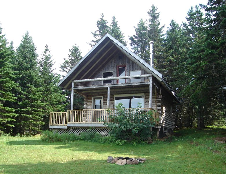 Big Hill Retreat - secluded Log Chalet, alquiler de vacaciones en North Shore