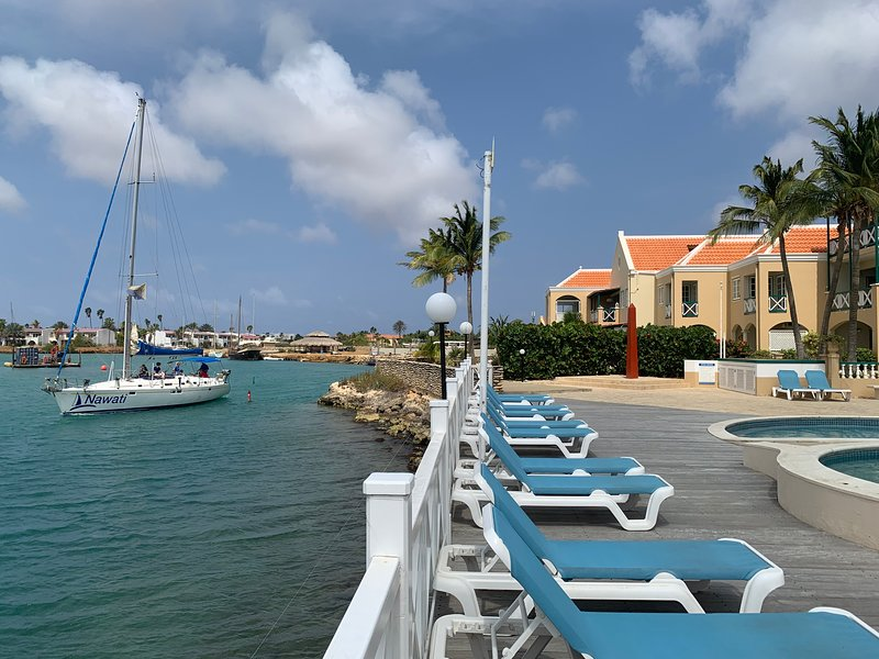 Oceanfront Condo with Pool and Breathtaking view, WiFi /A101, location de vacances à Kralendijk