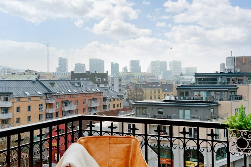 Central design penthouse: balcony, views & hammock!, alquiler vacacional en Oslo