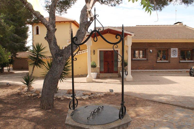 Luxury Spanish Villa with private pool, aluguéis de temporada em Romero