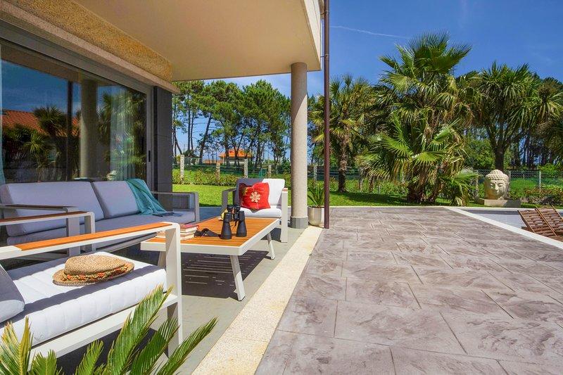 Arra Villa Sleeps 10 with Pool and Air Con - 5793675, aluguéis de temporada em Outeiro