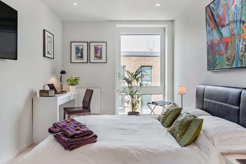 Slick Suite in a Waterside West London Development, Ferienwohnung in Isleworth