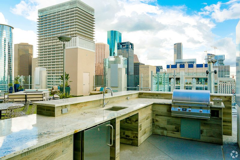 ⭐️Top Choice ⭐️ Downtown Houston Penthouse Studio w Rooftop Pool & Free Parking, vacation rental in Houston