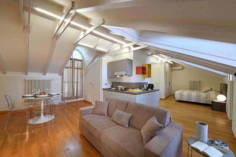 ALBACENTRO, presente Orchidea, moderno e spazioso attico fornito di 2 bagni, vacation rental in Guarene