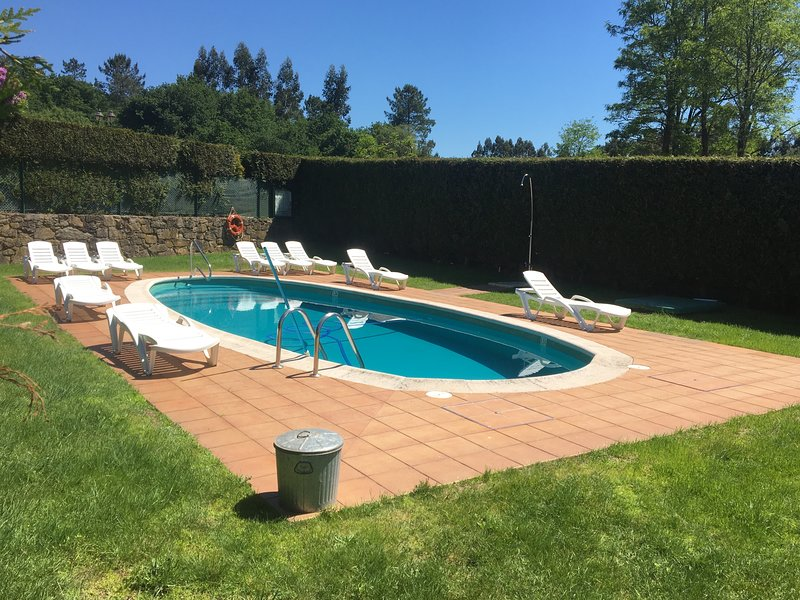 Big villa with swimming-pool & Wifi, alquiler de vacaciones en Dodro