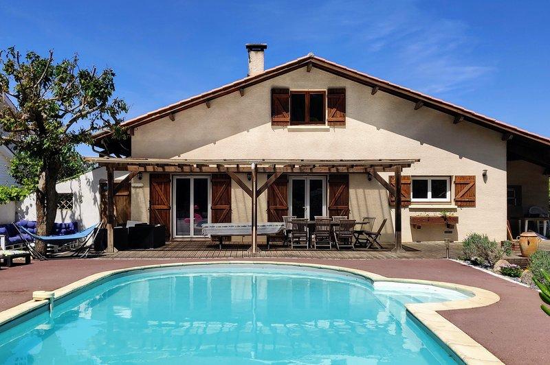 Villa familiale idéalement placée sur le bassin d'arcachon avec piscine chauffée, location de vacances à La Teste-de-Buch