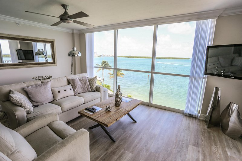 Modern, Sun-Kissed Sanctuary, Steps From Emerald-Green Gulf Waters!, holiday rental in Estero