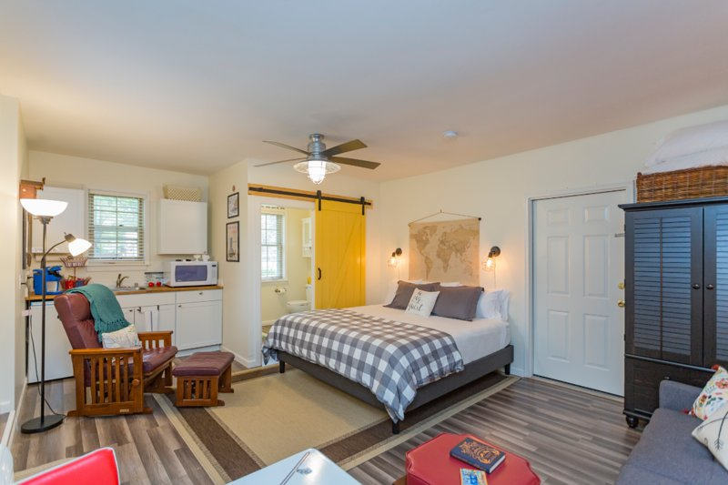 'The Light Suite' at Carnton Cottage-- 1 mile from historic downtown Franklin!, vacation rental in Spring Hill