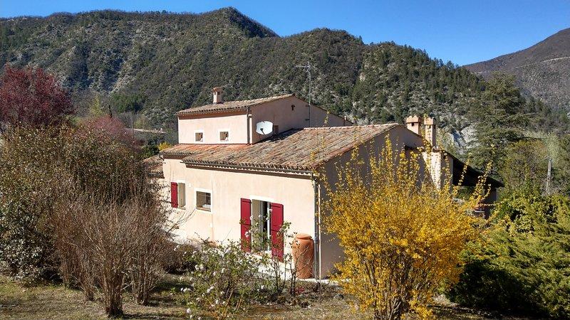 Maison avec jardin fleuri à Entrevaux., vacation rental in Le Fugeret
