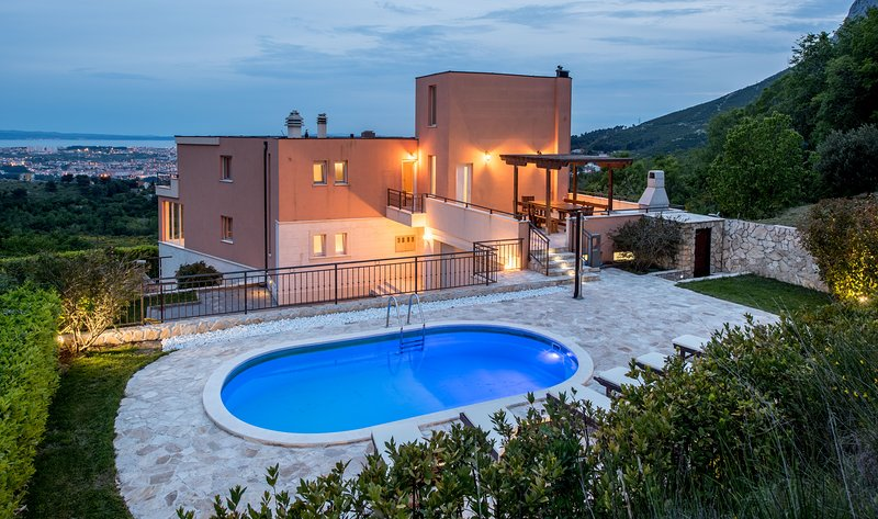 Luxury Villa Solin with 2 swimming-pools for 12 people, holiday rental in Solin
