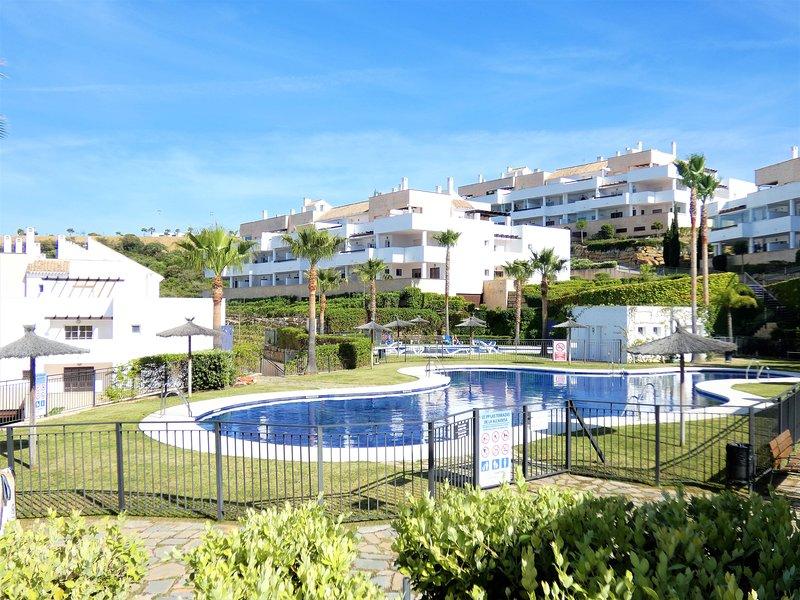 PRECIOSO APARTAMENTO TERRAZAS ALCAIDESA: GOLF, PLAYA, PISCINA Y NATURALEZA, holiday rental in Alcaidesa