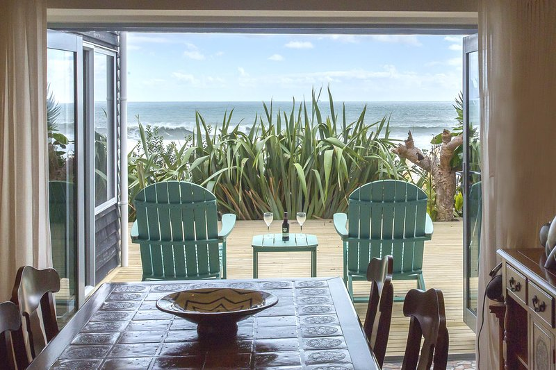 CHESTER COTTAGE - BEACHFRONT LUXURY, holiday rental in New Plymouth