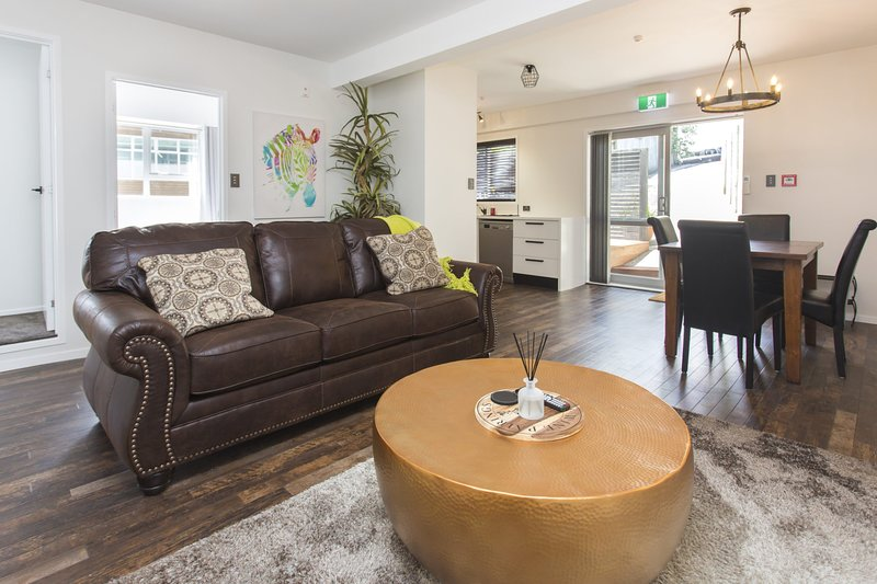 CHIC IN THE CITY- BRAND NEW APARTMENT, holiday rental in New Plymouth