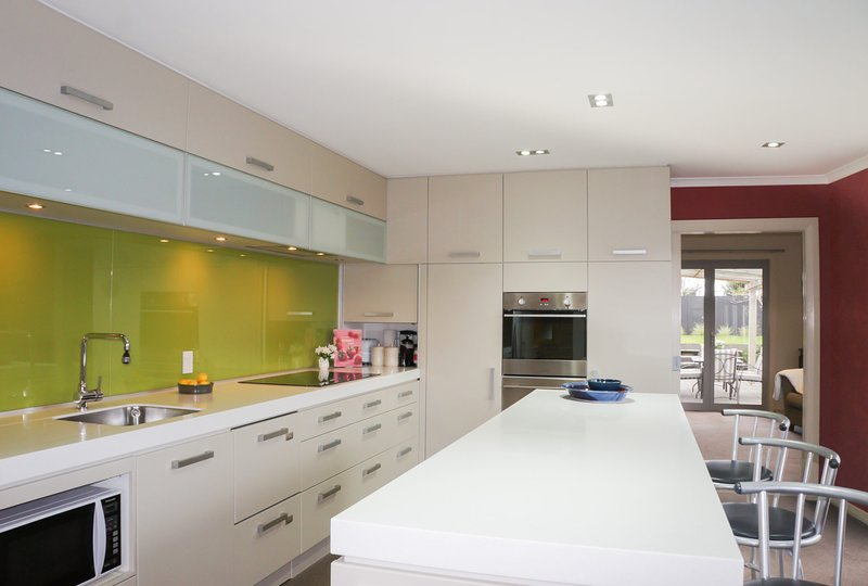 RELAX ON RICHMOND - MODERN LARGE BEACH HOUSE, holiday rental in New Plymouth