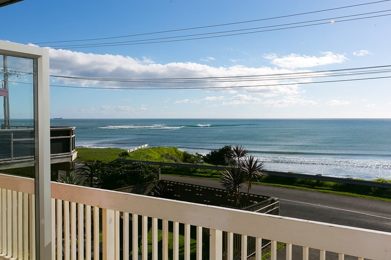 WANAKA BAY SEAVIEWS - BEACH HOUSE, holiday rental in New Plymouth