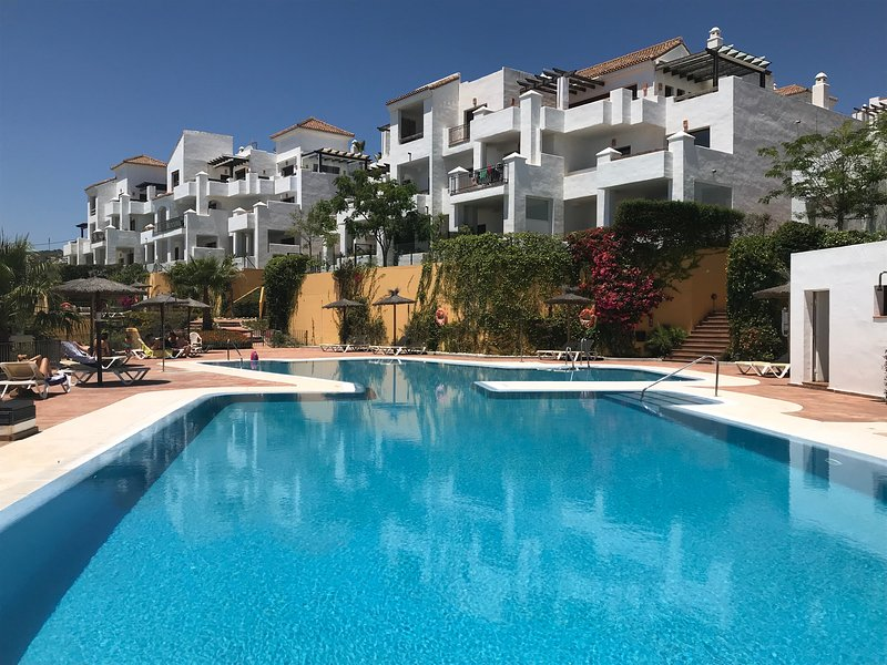 Alcaidesa: Espectacular apartamento golf y playa, holiday rental in Pueblo Nuevo de Guadiaro