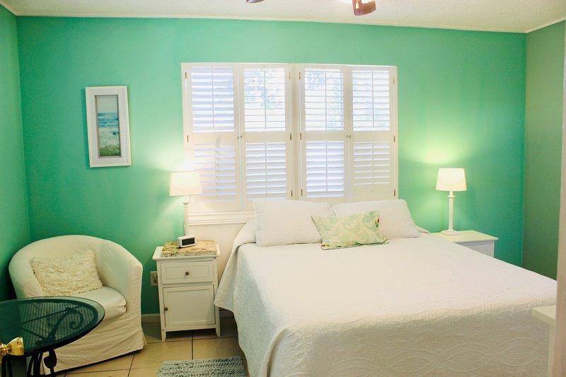 Quarto da frente com uma cama queen size e muita luz natural