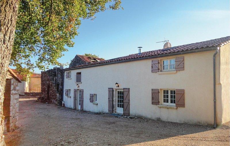 Beautiful home in Saint Pierre de la *** with WiFi and 2 Bedrooms (FLH284), aluguéis de temporada em La Couvertoirade