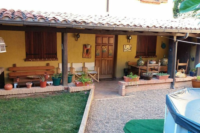 Spacious house with garden & Wifi, location de vacances à Onzonilla