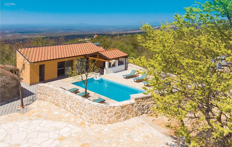 Amazing home in Drnis with Outdoor swimming pool, WiFi and Outdoor swimming pool, holiday rental in Vrlika