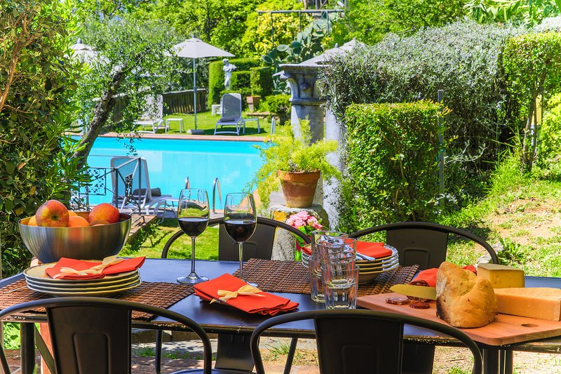 Villa Dell'Angelo in Lucca with swimming pool, AirCo, views ideal for families, vacation rental in Ponte a Moriano