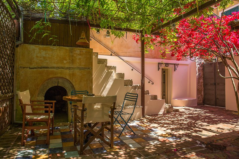 Lefkada Town Traditional House / Cozy Yard, holiday rental in Lefkada Town
