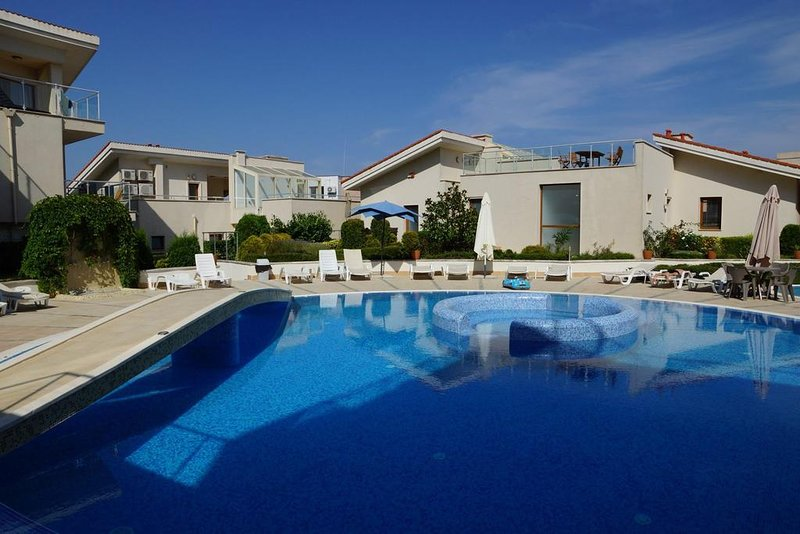 Exclusive 3 Floor Villa With Pool and Beach - Sun Village nr. 6, location de vacances à Province de Varna
