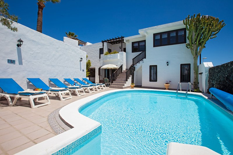 Villa Jessica PDC sleeps (11) 4 bedrooms 3 shower rooms.heated Pool.free A Con, aluguéis de temporada em Puerto Del Carmen