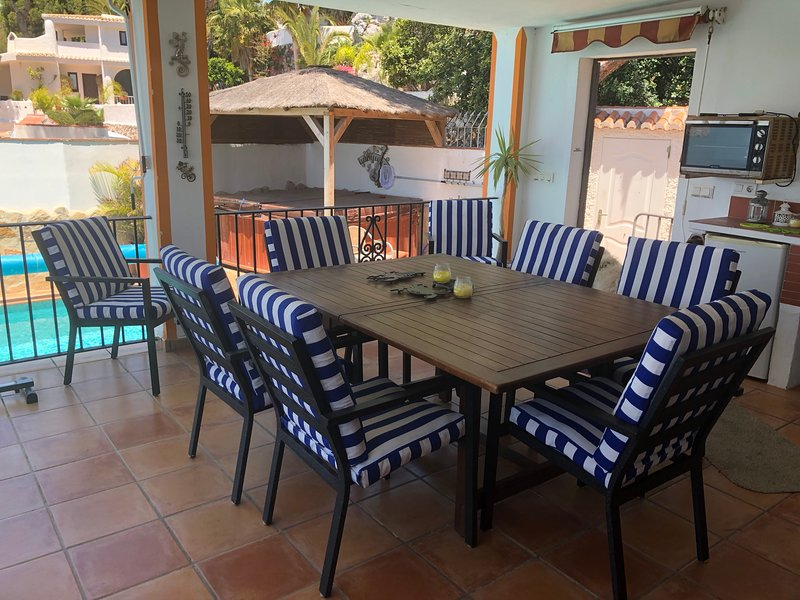 Extending outside dining table for 8/10 guests.