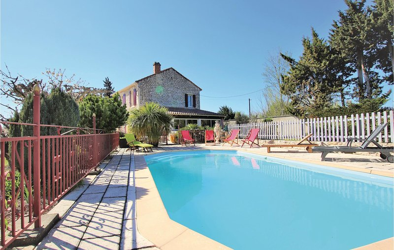 Awesome home in Saint Andiol with WiFi, 3 Bedrooms and Outdoor swimming pool (FP, vacation rental in Saint Andiol