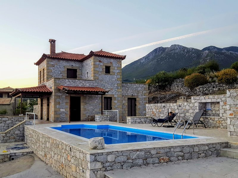Villa Arsinoi in Stoupa, private pool, full privacy and spectacular sea views., aluguéis de temporada em Agios Dimitrios