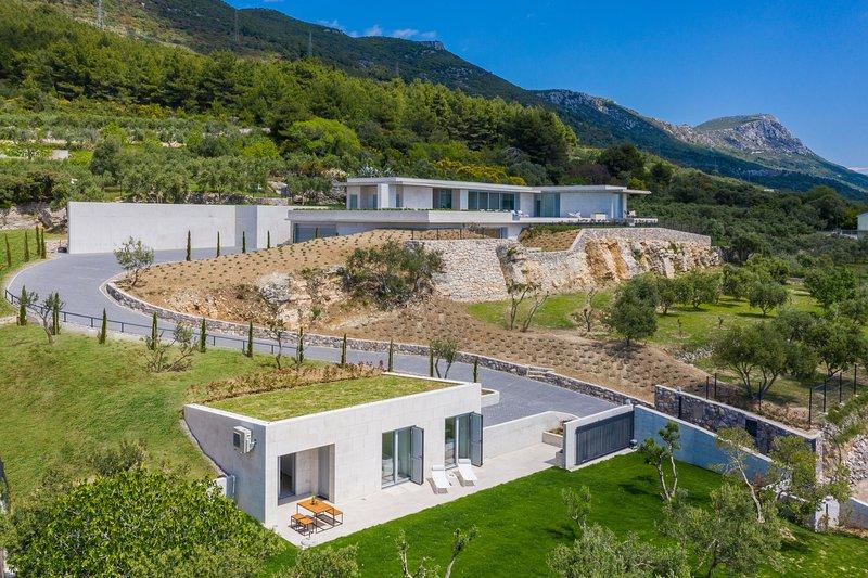 Villa Radun Home with Grand Heated Pool, vacation rental in Kastela