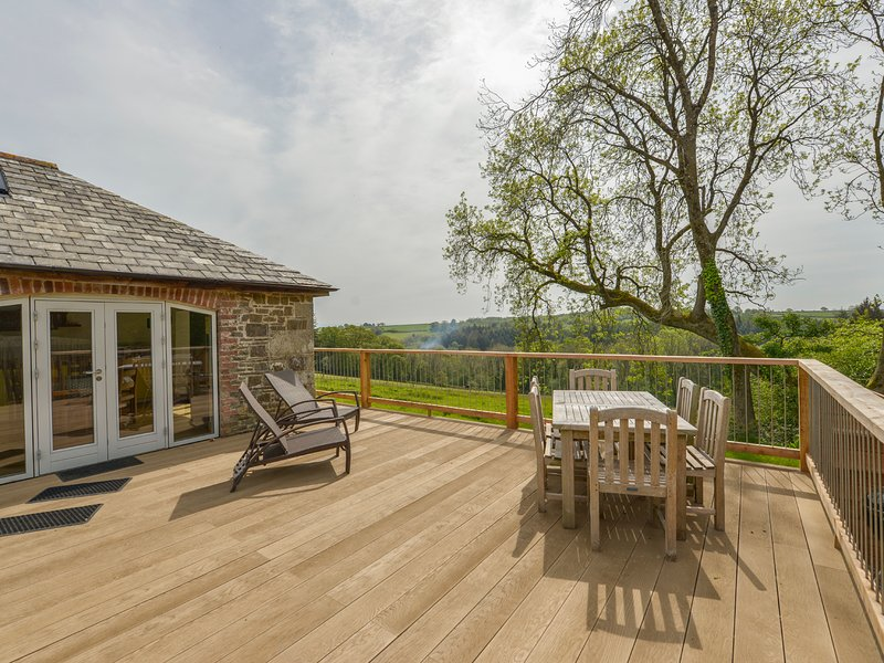 OGBEARE BARN, Wonderful views, beautifully appointed. Quality barn conversion, vacation rental in Clawton