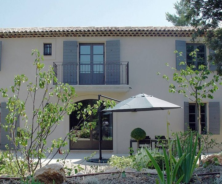 Spacieux appartement avec terrasse et piscine  T3 indépendant, location de vacances à Meyreuil