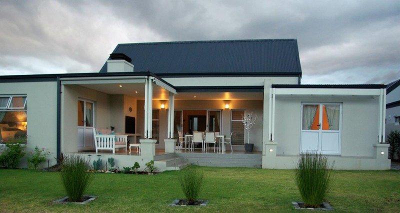 Private Modern house on Golf Estate – semesterbostad i McGregor