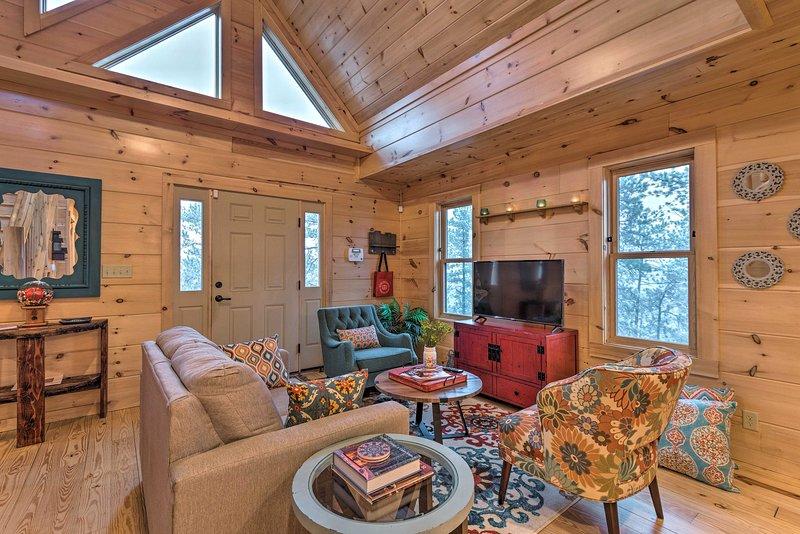 Pianifica la tua fuga Evergreen in questa bellissima cabina con 1 camera da letto + loft con 1,5 bagni!