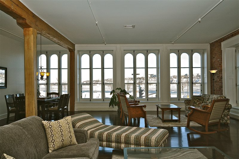 201-Cartier/Spacious, Central 3 Bedroom Condo Overlooking the River, holiday rental in Levis