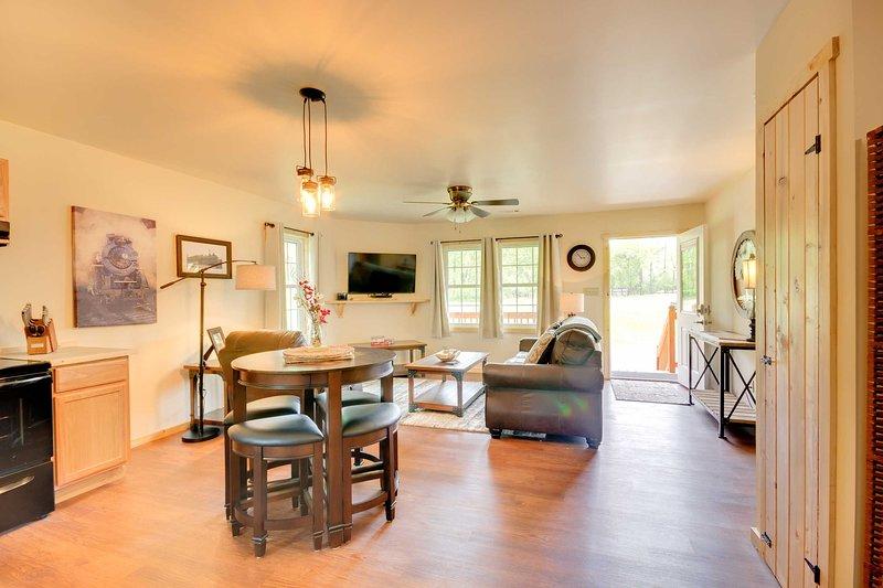 Cozy Bryson City Cabin 5 Miles to Downtown!, alquiler de vacaciones en Bryson City