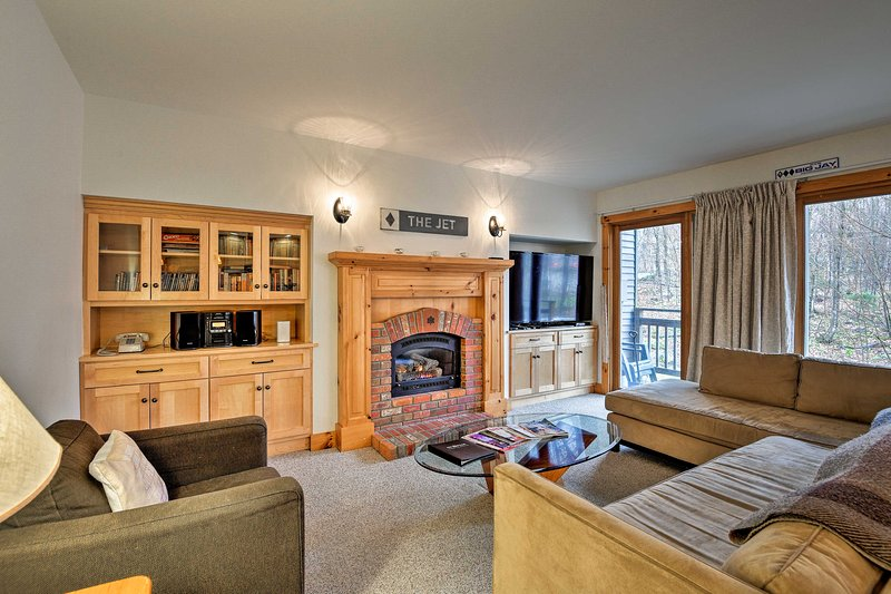 Ski-In Resort Family Condo w/ Deck at Jay Peak!, Ferienwohnung in Mansonville