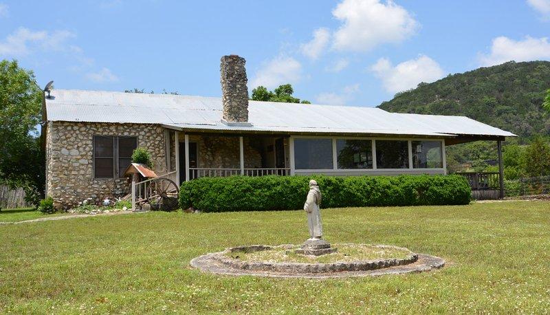 Bienvenido a la casa de huéspedes en Circle H Ranch! Ubicado en un rancho privado de animales exóticos junto al río Frio
