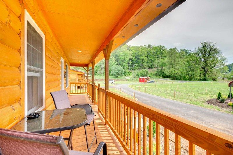 Cozy Bryson City Cabin - 6 Miles to Harrah's!, vacation rental in Cherokee