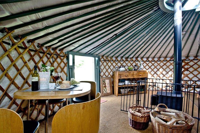 Yurt 6, East Thorne Farm - A Mongolian yurt with a breathtaking interior, perfec, location de vacances à Bradworthy