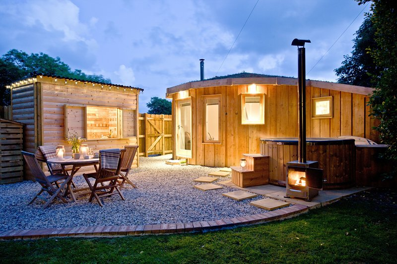 The Roundhouse, East Thorne - A luxury wooden roundhouse with private hot tub, w, location de vacances à Bradworthy