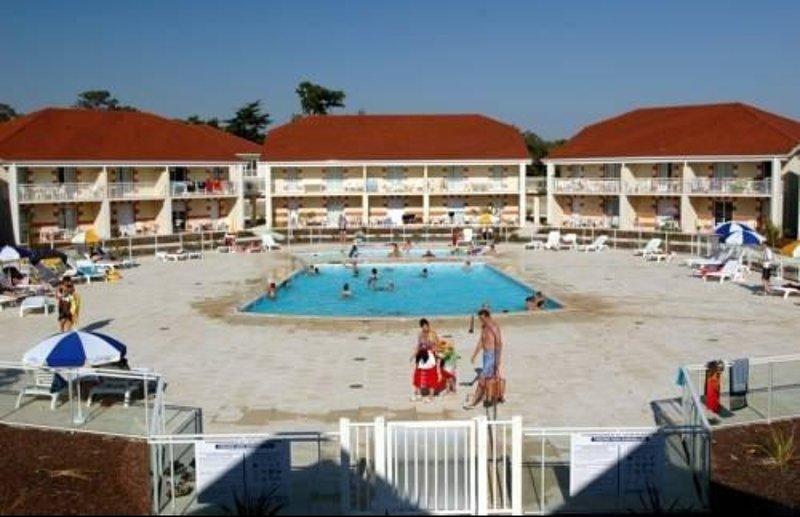 Piscina del residence con piscina per bambini