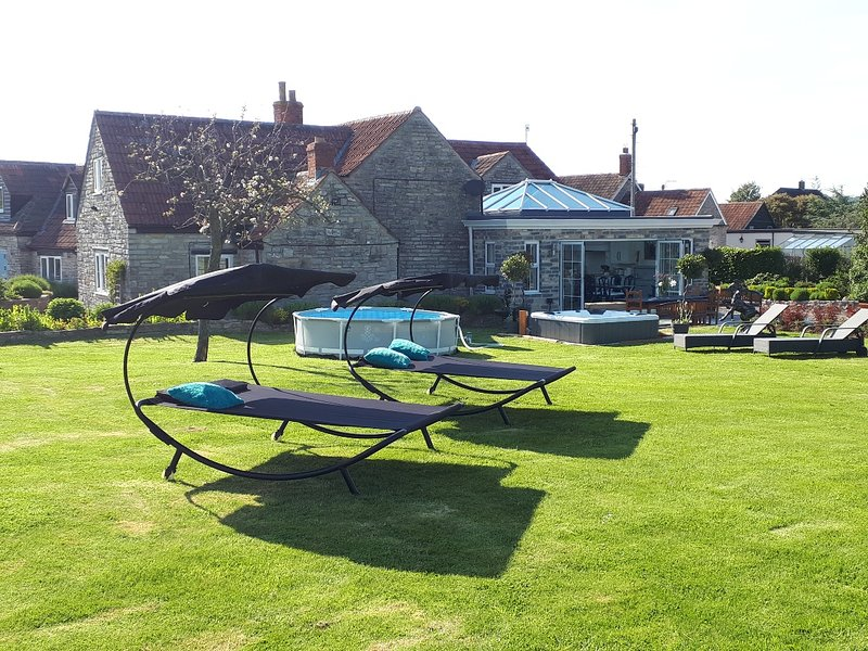 Castlebrook Country House with Hot Tub 2 mins to pub and Millfield School., vacation rental in Compton Dundon