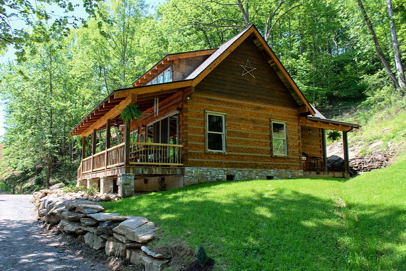Riverbend Cabin! A Luxurious New Private Waterfront Log Cabin. – semesterbostad i North Carolina Mountains